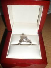 můj krásný zásnubní prstýnek :-)