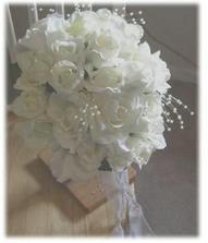 bílé růže s korálkama