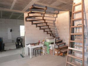 Finito! /pohlad z obyvacky, za rohom kde je kocik bude kuchyna, od schodov napravo za prieckou je chodba.