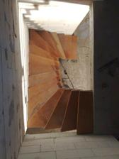 hotovo! konstrukcia ostava, dosky su docasne, finalne schody budu s novymi doskami a schodisko bude plne, teda cela konstrukcia oblozena drevom, zo spodu budu uzavrete, pretoze pod nimi bude ulozny priestor a la spajzos :-) a plus zabradlie :-)