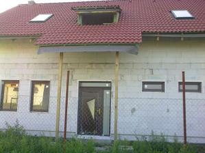Zpredu :-) nalavo hostovska este s 1 oknom zboku, napravo spodna kupelna a wc