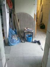 chodba /pohlad z hostovskej/, napravo vstup, napravo vzadu spodna toaleta a nalavo schody a zvysok prizemia... :-)