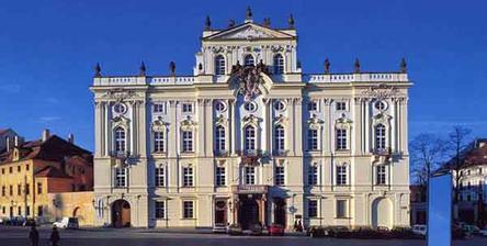Tady bude obed a vecerni party - arcibiskupsky palac na Prazskem hrade. Snad se tu bude libit i vsem tem Britum co jsou pozvani.