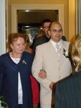 ženich s maminkou a svědci