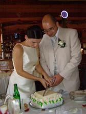 krájení dortíku..taťka nás na této fotce nazval cukrářema :-)