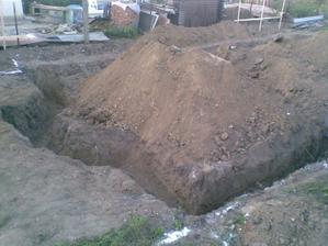 základy vykopané