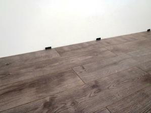 detail podlahy, na foto vyzera dost tmavo, ale v skutocnosti az tak tmava neni