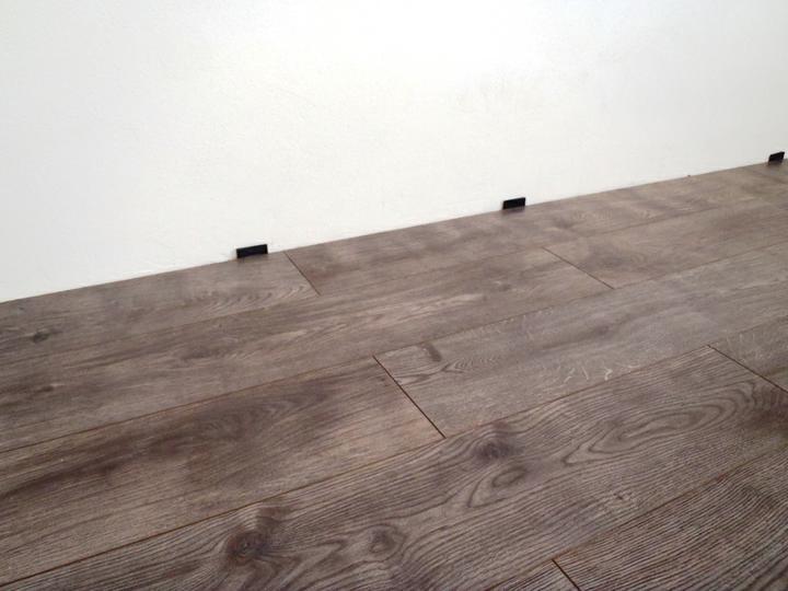 Zariaďujeme_Spálňa - detail podlahy, na foto vyzera dost tmavo, ale v skutocnosti az tak tmava neni