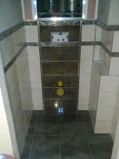 oblozena zadna stena WC, este sa nahodia dvierka a omietka:)