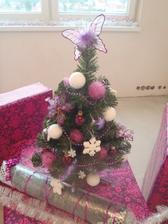symbolicky vianocny stromcek a par darcekov do novej izbicky