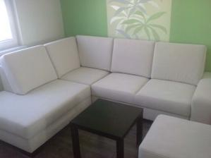 a konecne nasa sedacka, stolik zatial z Ikei. Neskor sa da urobit novy