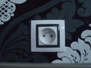zasuvka s grafitovym ramikom