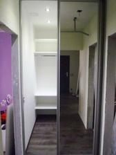 za zrkadlovymi dverami sa skryva šatník