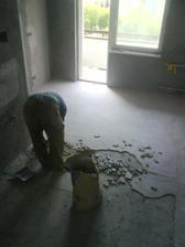 museli sme rozburat aj celu podlahu lebo bola popraskana. Tak sa bude zase cela vylievat. aspon sa vyrovna