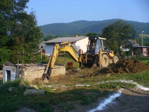 po nekonecnych dazdoch a uprave pristupovej cesty zaciname 17.7.2010 bagrovat zaklady