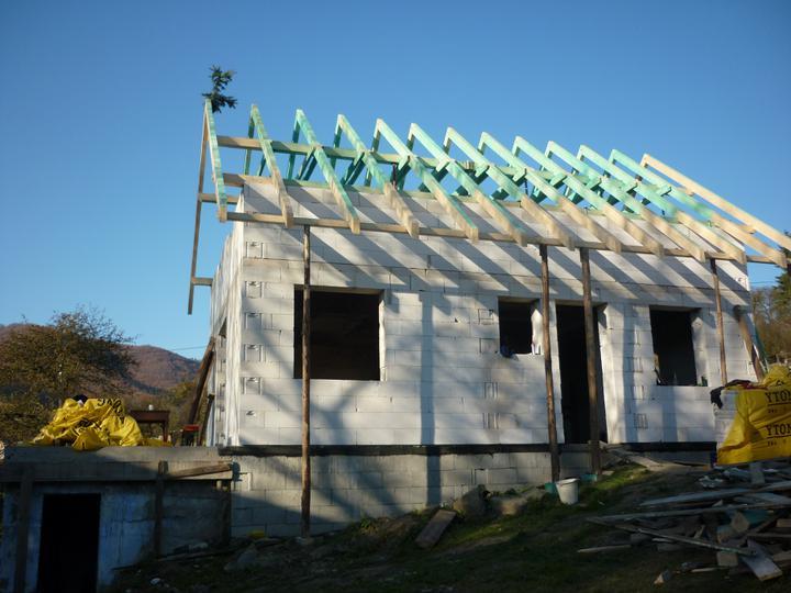 Zaciname stavat - 2010 - hotovy krov - 30.11.2010