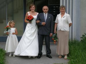 Nevěsta s rodiči a družičkou