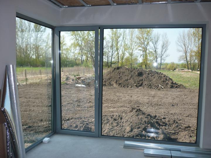Náš domec - kolektory dokončené a pekne po sebe urovnali pozemok
