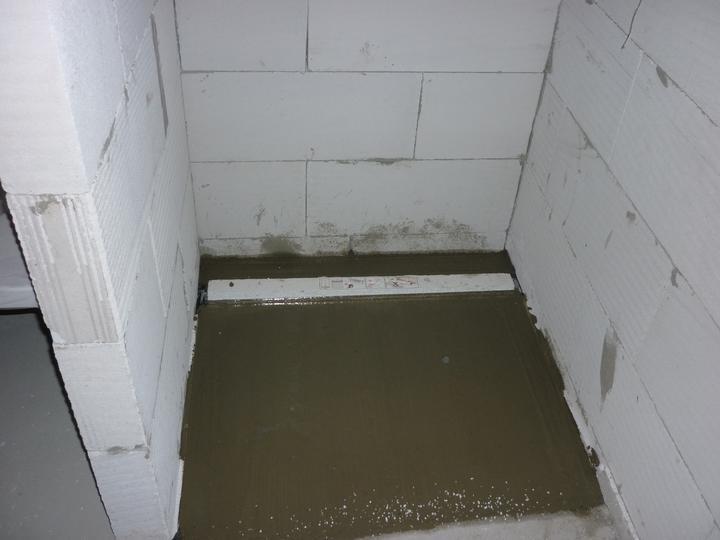 Náš domec - osadená mriežka v sprche