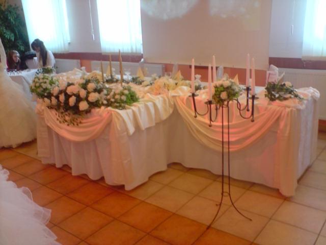 Lucka a Tomáš 3.9.2011 - hlavny stol bude taky len vo fialovej