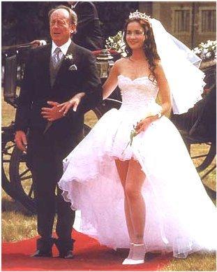 Svatby z filmů :) - tak tady je Divoký anděl - tady teda ne s ženichem ale s otcem ale jsou tu vidět celé šaty :)