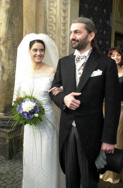 Svatby českých a slovenských osobností - ještě jedna skoro stejná fotka aspon jsou více vidět šaty :)