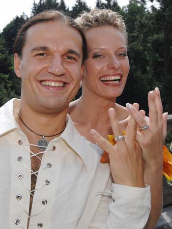 Svatby českých a slovenských osobností - Kristina Kloubková & Alan Bastien- 24.srpna 2007 - prstýnky