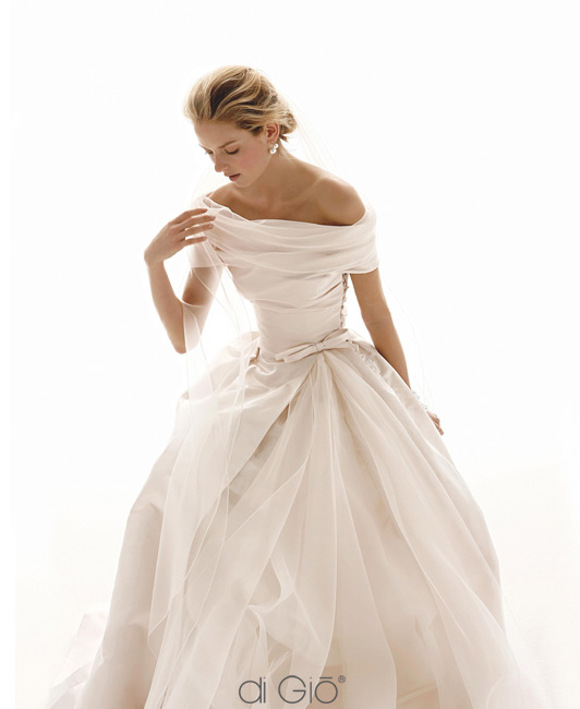 Inspiracie - svadobne saty - Le Spose di Gio - collection 2011 - 22 - neviem ako dlha je sukna, ale evokuje mi to styl 50-tych rokov. este parazol a kosik s ceresnami