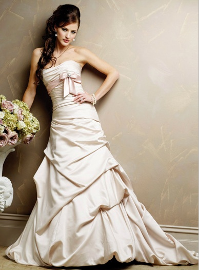 Inspiracie - svadobne saty - Maggie Sottero - Dallas Marie A - dalsia uspesna starinka. akurat na honosnu svadbu na zamku. chce to uz len svetlunku kyticu z ruzi a pivoniek a bohatu kvetinovu vyzdobu