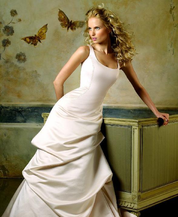 Inspiracie - svadobne saty - Pronovias 2007 - Lieja A - tieto su asi najblisie k mojmu idealu. k tomu dlhe rukavice a dlhy plast po zem s kapucnou a tmavou, kontrastnou podsivkou