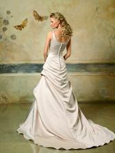Pronovias 2007 - Lieja C - asi hlbsi vystrih na chrbte a mozno trochu zdvihnut suknu vzadu - taky trochu viktoriansky styl
