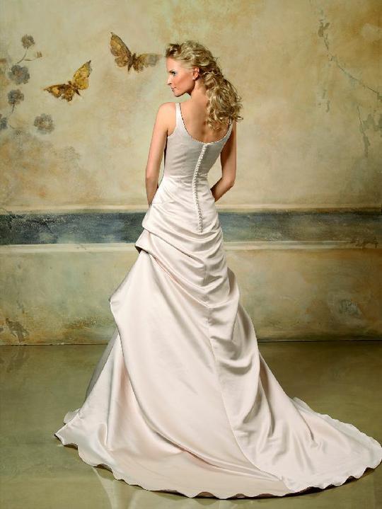 Inspiracie - svadobne saty - Pronovias 2007 - Lieja C - asi hlbsi vystrih na chrbte a mozno trochu zdvihnut suknu vzadu - taky trochu viktoriansky styl