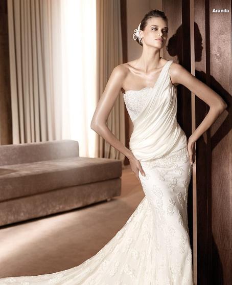 Inspiracie - svadobne saty - Pronovias 2011 - Costura collection - Aranda A - tieto zabrdaju pomaly do mody 20. rokov. chcelo by to rukavicky, perly a perie do vlasov