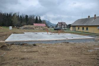 Stačily 4 dny a vnitřní přípojky včetně první vrstvy betonové desky jsou hotovy
