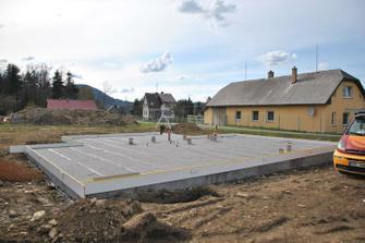 Svařená hydroizolace, připraveny průchodky, teď jen položit kari a beton může dovnitř