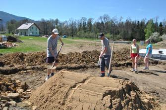 Teď ještě přemístit 3 tuny písku do výkopu a 20 kubíků zeminy a bude hotovo