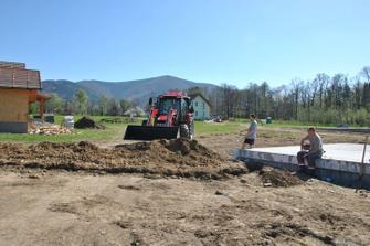 Polovinu zeminy naštěstí zasypal okolo jedoucí traktorista. Nebýt jeho, házeli bychom do výkopu ještě teď :-))