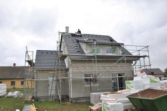 Pokrývači finišují na střeše