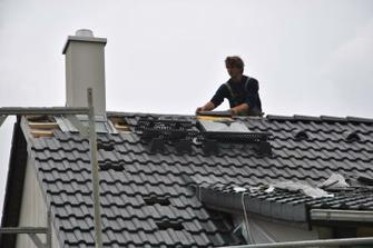 Dodělává se hřeben střechy a nášlapy pro kominíka