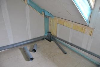 Připojení kanalizace v horní koupelně