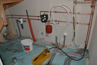 Provádí se tlaková zkouška rozvodů vody a topení