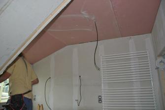 V horním patře se montuje na strop nehořlavý sádrokarton