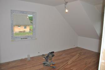 Jeden horní pokoj má hotovou plovoucí podlahu