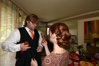 """ženich odjíždí ošéfovat """"bigbít"""" na obřad a nevěsta ještě v nedbalkách:-)"""