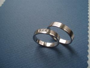 Na prstenech jsme se shodli rychle / při zkoušení těch z titanu a oceli zvítězilo nakonec bílé zlato/. Jen škoda, že se ten mat brzy vyleští... :-(
