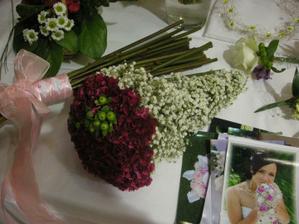 Horúci favorit na svadobnú kyticu, len by som tie biele kvetinky vymenila za stuhu omotanú okolo stoniek