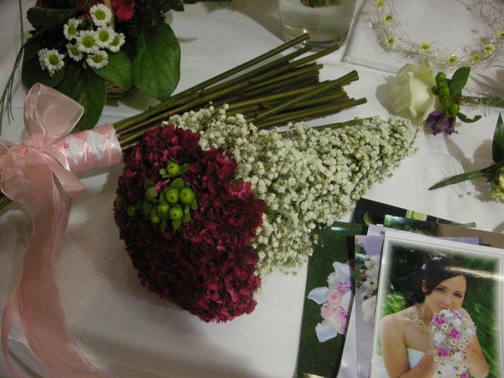 Len tak pre inšpiráciu - Horúci favorit na svadobnú kyticu, len by som tie biele kvetinky vymenila za stuhu omotanú okolo stoniek