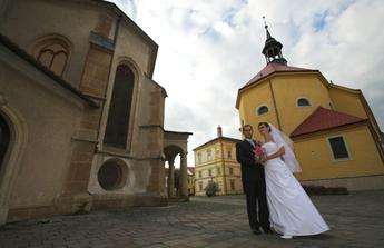 za nami Evanjelicky kostol, v ktorom sme sa vzali