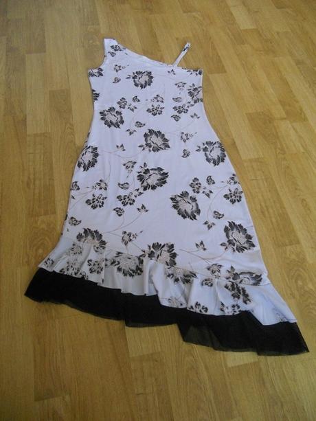 Čierno-biele kvetované šaty - Obrázok č. 1