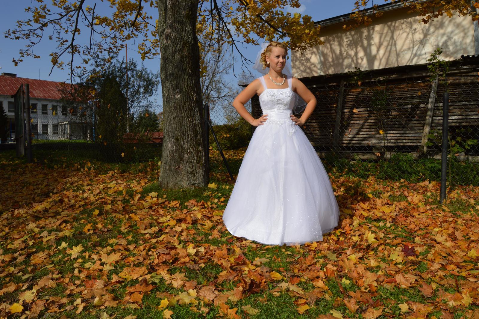 Svadobné šaty s trblietavou sukňou - Obrázok č. 1